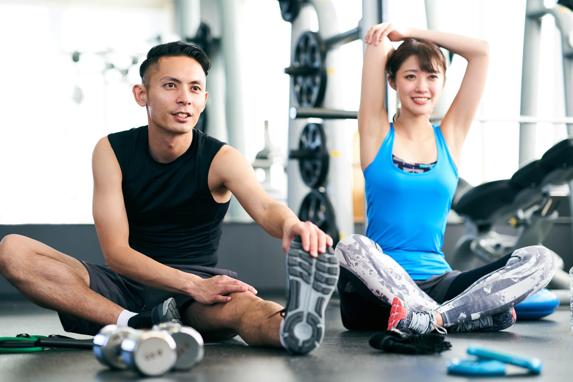 筋トレの知識を高め合う男性と女性