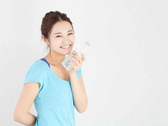 女性が気軽に自宅でできる筋トレメニューを紹介する笑顔の女性