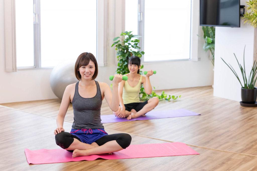 自宅で筋トレメニューを実践する2人の女性